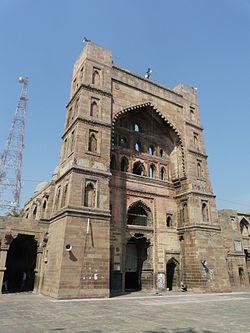 Central pishtaq, Atala Masjid, Jaunpur.jpg