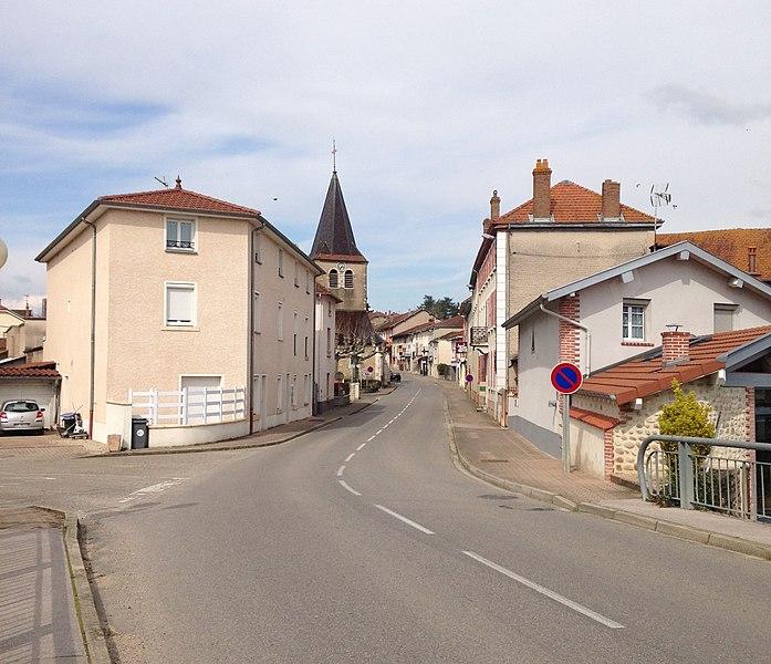 Vue de la Grande rue de Mézériat avec l'église