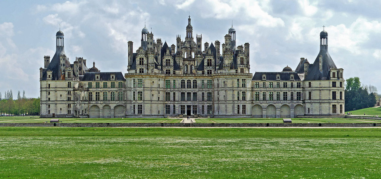 wide angle shot of Château de Chambord