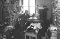 Chefredaktor August Bärlocher in seinem überfüllten Büro (Foto Paul Zipser, Baden, 1882 - 1950).png