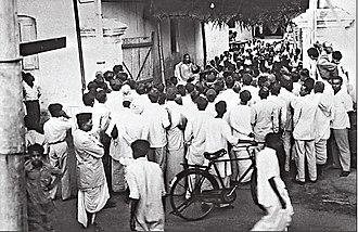 Chinmayananda Saraswati - Swami Chinmayananda's impromptu satsang in an alley