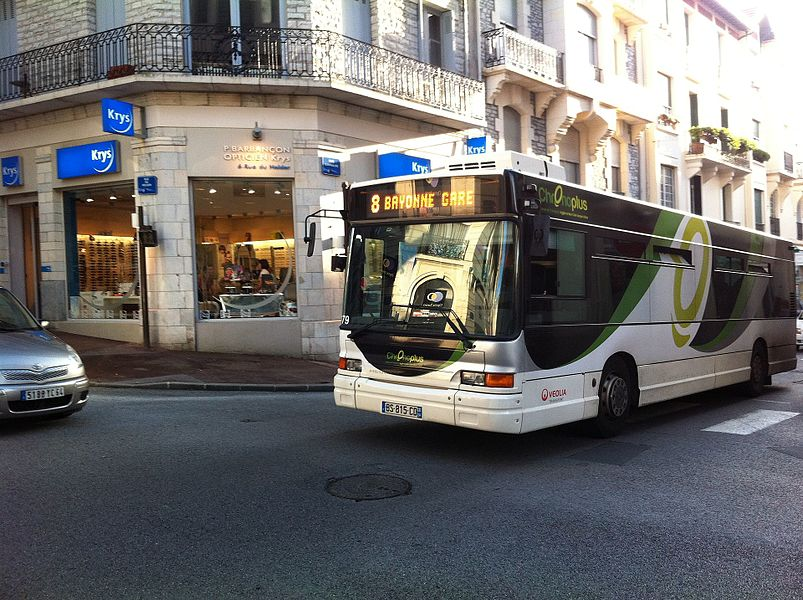 GX 117 sur la ligne 8 à l'arrêt Larralde à Biarritz sur le réseau Chronoplus.