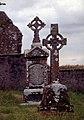 Clonmacnoise-08-zwei Grabkreuze-1989-gje.jpg