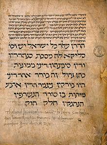 L'immagine illustra l'ultima pagina del Sanhedrin, appartenente al corpus del Talmud Babilonese, del Codex Reuchlin, questo risalente al XIII secolo. Il Talmud è la raccolta e la rielaborazione di numerosi trattati della Mishnāh di Yĕhūdāh ha-Nāśī (III sec.). A questa Mishnāh, infatti, col tempo si aggiunsero i commentari legali non mishnici (Baraitot) che a loro volta vennero commentati con paralleli mishnici (Tosefta) seguendo lo stesso ordine della Mishnāh, a ciò si aggiunsero gli insegnamenti rabbinici posteriori sempre legati alla Mishnāh e ulteriori commentari a questi. Probabilmente ogni centro rabbinico possedeva la sua raccolta di tutto questo materiale esegetico, ma alla fine furono due i centri dove furono raccolte l'insieme delle opere: quello palestinese e quello babilonese. Il termine ebraico talmud significa