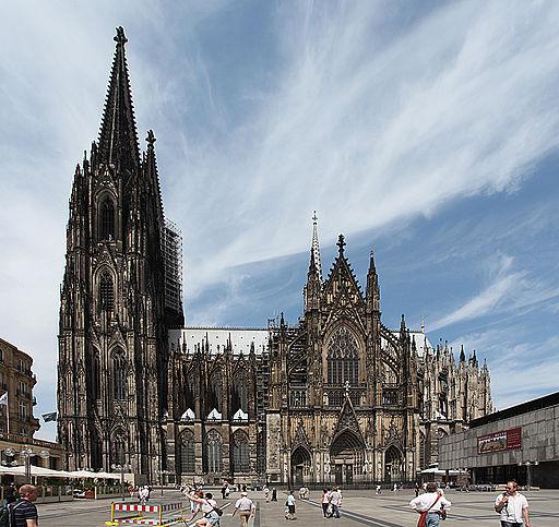 Kölner Dom, Blick vom Roncalliplatz auf die Südseite mit Südturm, Langhaus und südlichem Querhaus (UNESCO-Weltkulturerbe in NRW).   CologneCathedralSouth