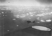 Deux appareils survolent la mer au-dessus de bribes de nuages