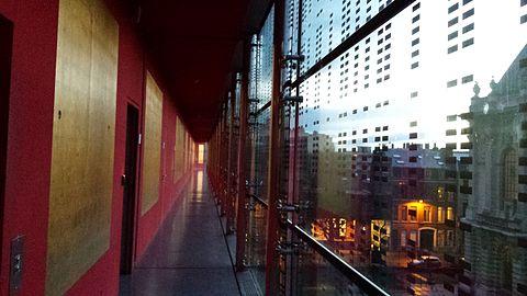 Couloir du bâtiment administratif du Palais des Beaux-Arts.jpg