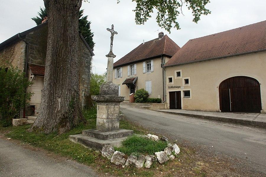 Croix et chêne à Courtefontaine (Jura).