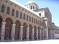 Damaskus, Omayadenmoschee, Ansichten vom Moscheehof mit weissem Marmor und Arkaden und dem Glockenhaus (26931102499).jpg