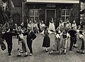 De bloemenkoningin op het binnenplein van de Kloveniersdoelen, waar een dansproep uit het Zwitserse Bern een voorstelling gaf, 2 augustus '48. Aangekocht in 1976 van fotograaf C. de Boer bv., NL-HlmNHA 54010538.JPG