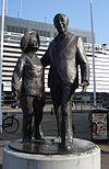 """Den Haag, Gevers Deynootplein. Kunstwerk """"Wim Kan en Corry Vonk"""" van Siemen Bolhuis."""