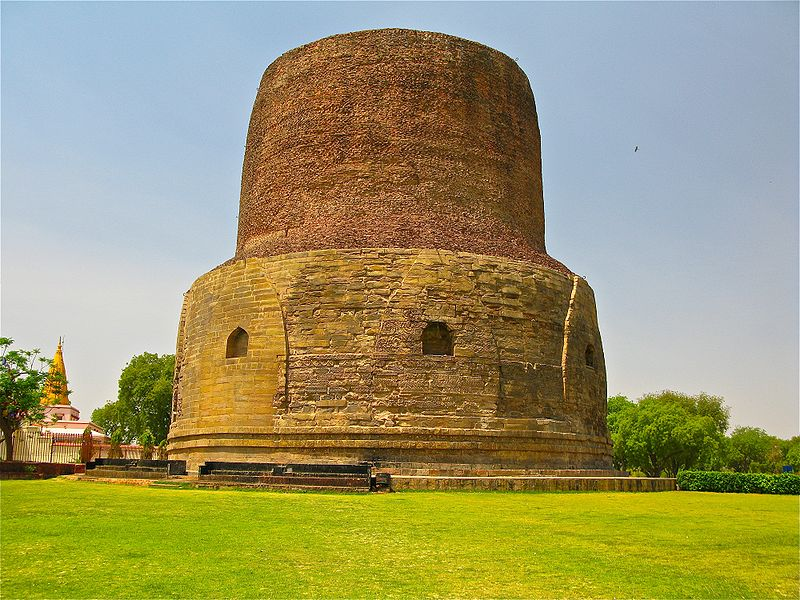 Bestand:Dhamekh Stupa, where the Buddha gave the first sermon on the Four Noble Truths and the Eightfold Path to his five disciples, Sarnath.jpg