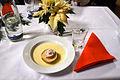 Die!!! Weihnachtsfeier 2013, 172 Zum Nachtisch des Drei-Gänge-Menüs für Erwachsene servierten die Köche vom Hannover Congress Centrum unentgeltlich Bratapfel in Vanillesosse.jpg