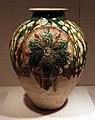 Dinastia tang, orcio con medaglioni floreali, ceramica sancai, 700-750 ca.jpg