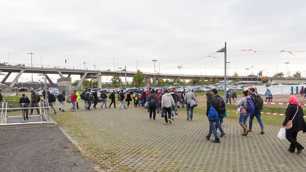 Drehscheibe Köln-Bonn Airport - Ankunft Flüchtlinge 5. Oktober 2015-0290.jpg
