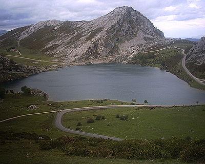 Lago Enol. Vista del lago Enol desde el mirador de Entrelagos. Parque Nacional de Los Picos de Europa. Cangas de Onís