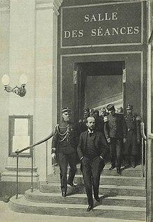 Desenho monocromático de Gabriel Syveton escoltado até a porta da Salle des Sessions por uma tropa de soldados.