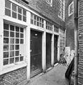 Exterieur, voorgevel hofje, middenpand - Amsterdam - 20320654 - RCE.jpg