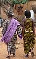 Femmes marchant a Bobodioulasso.jpg