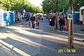Flanörer vid Kungsträdgården, Sveriges Nationaldag - panoramio (1).jpg