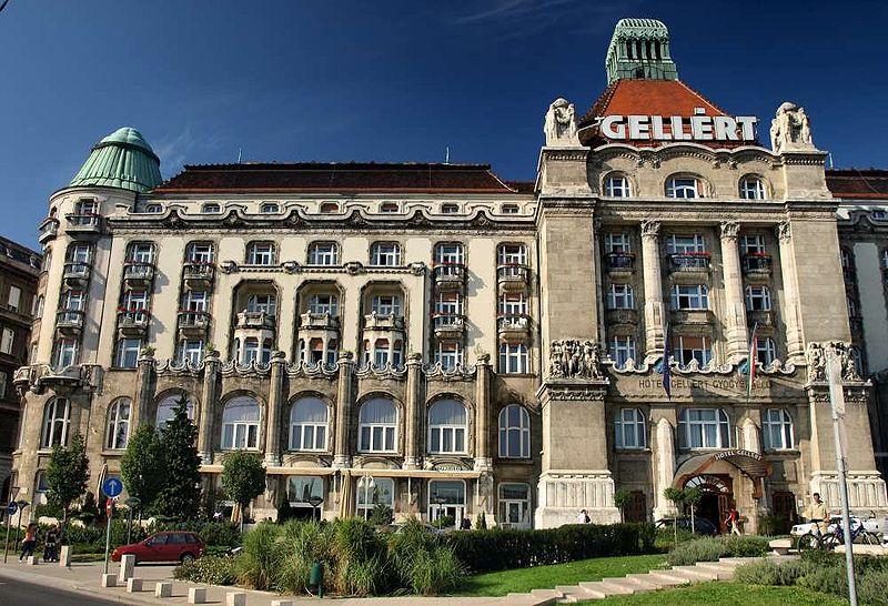 Vue de l'entrée de l'hôtel Gellért