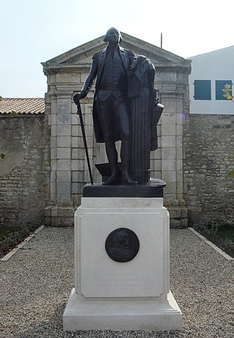 Nicolas Martiau - Statue of George Washington, with a medallion of his ancestor from Île de Ré, Nicolas Martiau.