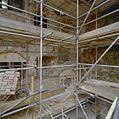 Gezicht in noordelijk deel traptoren, dat in 1966 niet instortte; zuidmuur traptoren wordt opnieuw opgetrokken - Nederhemert-Zuid - 20342366 - RCE.jpg