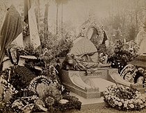 Grave of Paul Bert, covered with wreaths of flowers. Photopr Wellcome V0018961.jpg