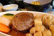 Grillet indrefilet med portvinsaus, stekte rosmarinpoteter, gulrøtter og zuchini.jpg