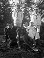 Gruppbild av fyra pojkar i sjömanskostymer på en bergknalle - Nordiska Museet - NMA.0057473.jpg