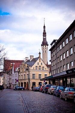 Улица Харью, справа - фасад Дома писателей, в перспективе улицы - башня Ратуши