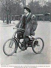 Photo d'un homme en tenue de ville sur un tricycle motorisé.