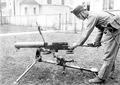 Herausnehmen des Laufes des Maschinengewehres - CH-BAR - 3241147.tif