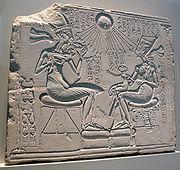 รูปแกะสลักของเนเฟอร์ติิติกับ อาเคนาเตน และธิดาสามองค์ จากเมืองอามาร์นา ปัจจุบันอยู่ที่พิพิธภัณฑ์อียิปต์ แห่งกรุงเบอร์ลิน