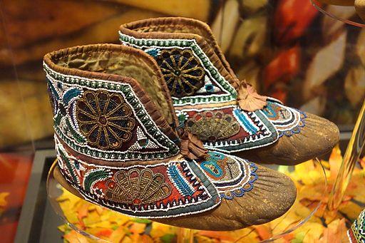 Huron moccasins, c. 1880 - Bata Shoe Museum - DSC00641