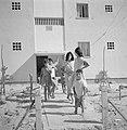 In een nieuwbouwwijk in Dimona Vrouwen en kinderen voor een flatgebouw met bove, Bestanddeelnr 255-3573.jpg