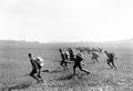 Infanteristen beim Angriff in Schützenlinie - CH-BAR - 3241250.tif