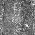 Interieur, grafzerk in koor, afbeelding kelk boven wapenschild, in midden van priesterzerk - Reeuwijk - 20374724 - RCE.jpg