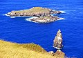 Islotes de Rapa Nui, Motu Nui, Motu Iti y Motu Kau kau, vistos desde los acantilados cercanos al poblado ceremonial de Orongo - panoramio.jpg