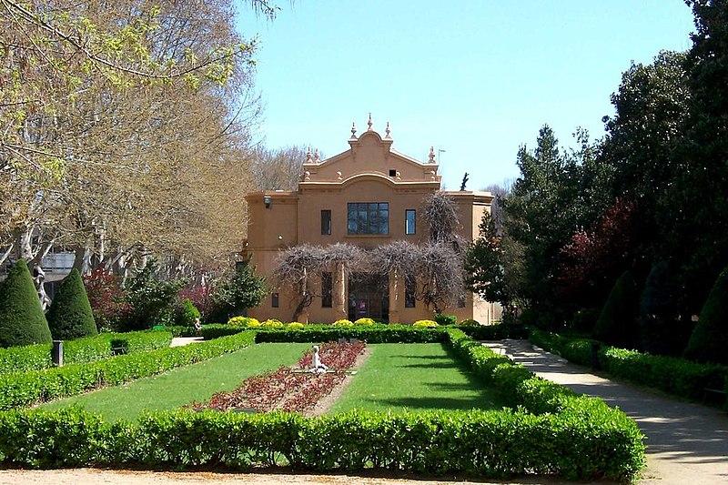 File:Jardines en el Parque de Los Campos Elíseos de Lleida, Fuente de la Sirena.jpg