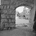 Jeruzalem. Doorkijkje door een poort met zicht op de muur met prikkeldraad dwars, Bestanddeelnr 255-2379.jpg