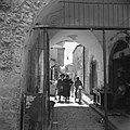 Jeruzalem Een van de vele poorten die toegnag geven tot de wijk Mea Shearim, Bestanddeelnr 255-0387.jpg