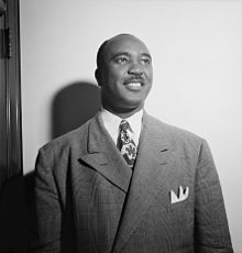 Jimmie Lunceford, proks. aŭguston de 1946. Foto de William P. Gottlieb.