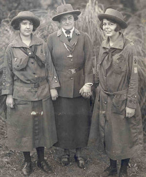 Juliette Gordon Low - Juliette Gordon Low (center) standing with two Girl Scouts, Robertine McClendon (left) and Helen Ross (right)