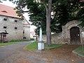 Kříž v Kadově u kostela (Q80460362).jpg