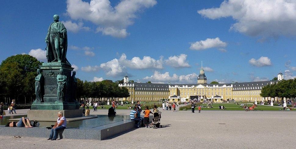 Karl-Friedrich-Denkmal am Schlossplatz Karlsruhe (cropped)