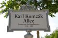 Karl-Komzák-Allee Schild.png