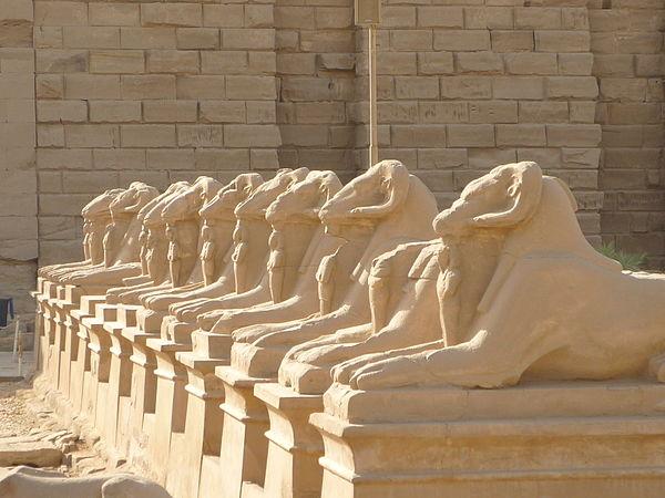 Karnak - Aleja Sfinksów. Źródło: Wiki Commons, autor: Rémih, lic. CC-BY-SA-3.0.