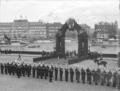 Kejsar Wilhelms besök 1895, Svea livgarde paraderar framför en triumfbåge på Skeppsbron - Livrustkammaren - 25775.tif