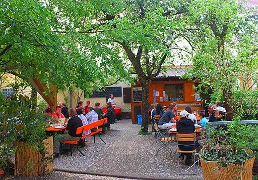 Biergarten - jardin de cerveza lleno de tradicion